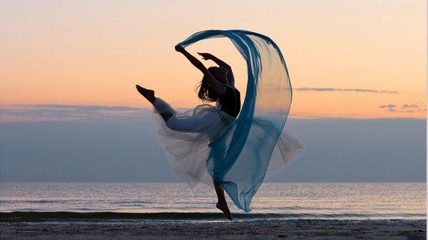 Femme danse mer