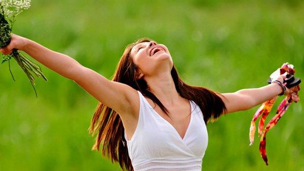 Femme bras ouverts Joie guérison spirituelle