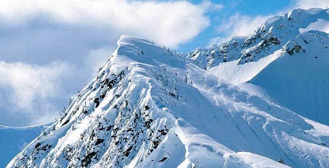 Sommets montagneux avec neige